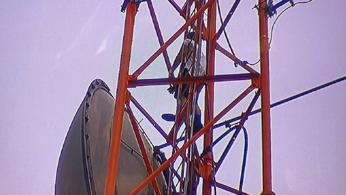 Man scales Orlando station's transmitter tower